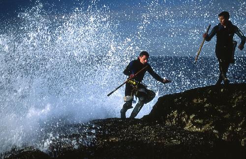 Seguridad en el mar: Percebeiro en acción en la Isla de Ons - Foto: Alberto Garazo