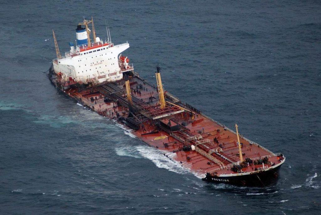 Contaminación marina: petrolero Prestige hundido frente a las costas gallegas