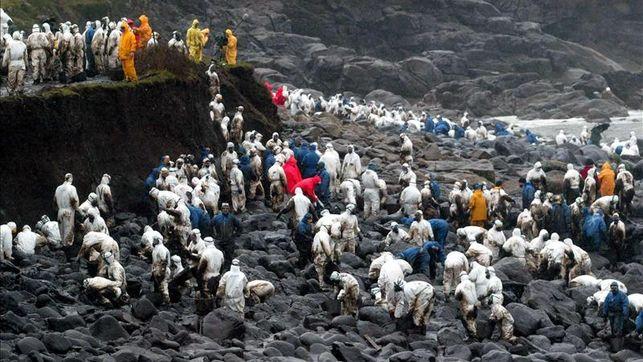 Contaminación marina: voluntarios retirando el crudo que alcanzó las costas gallegas en el naufragio del Prestige